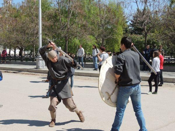 Держать в одной руке меч, а в другой щит с непривычки сложно.