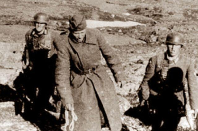 Фото из немецких архивов: солдата Королькова ведут на расстрел.