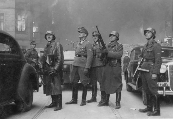 В 1943 году в Варшавском гетто произошло восстание, которое впоследствии стало символом сопротивления и борьбы за нацию. Восставшие, взявшись за оружие, держались довольно долго: с 19 апреля по 16 мая, но силы были неравны.