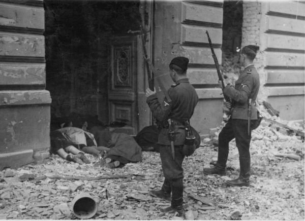 Уничтожение евреев было лишь частью оккупационной политики фашистов, и местное население большинства стран Европы, понимая это, старалось оказывать помощь гонимому народу и проявлять солидарность. Также евреи сами создавали подпольные организации, но создать серьезное сопротивление удалось только в конце 1942 года.