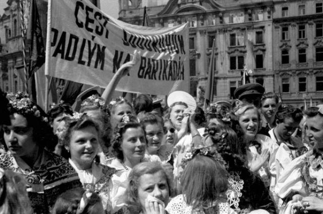 Жители Праги приветствуют участников восстания, 1945 год.