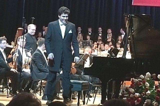 Денис Мацуев на сцене Приморского театра оперы и балета.