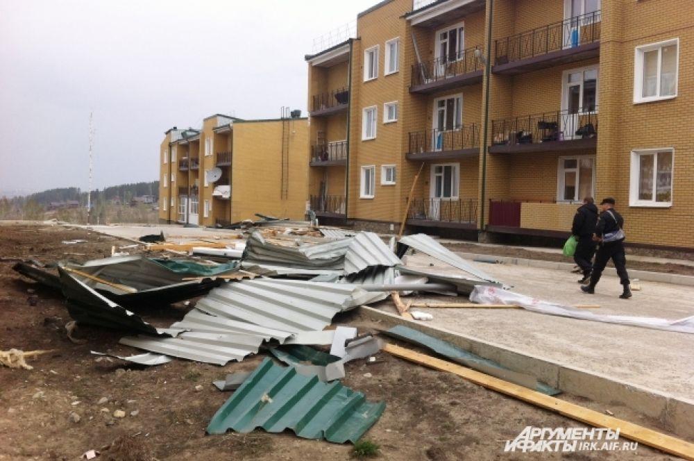 В поселке Березовый сразу с нескольких домов снесло крыши.
