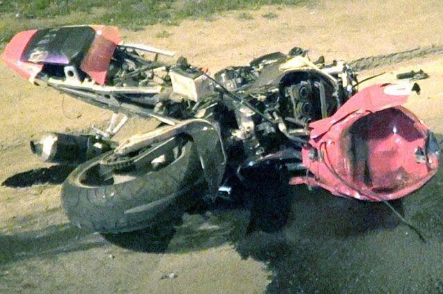 Мотоциклист нарушил несколько правил на трассе.