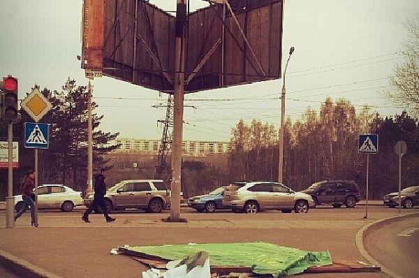 В городе можно наблюдать множество сорванных рекламных плакатов
