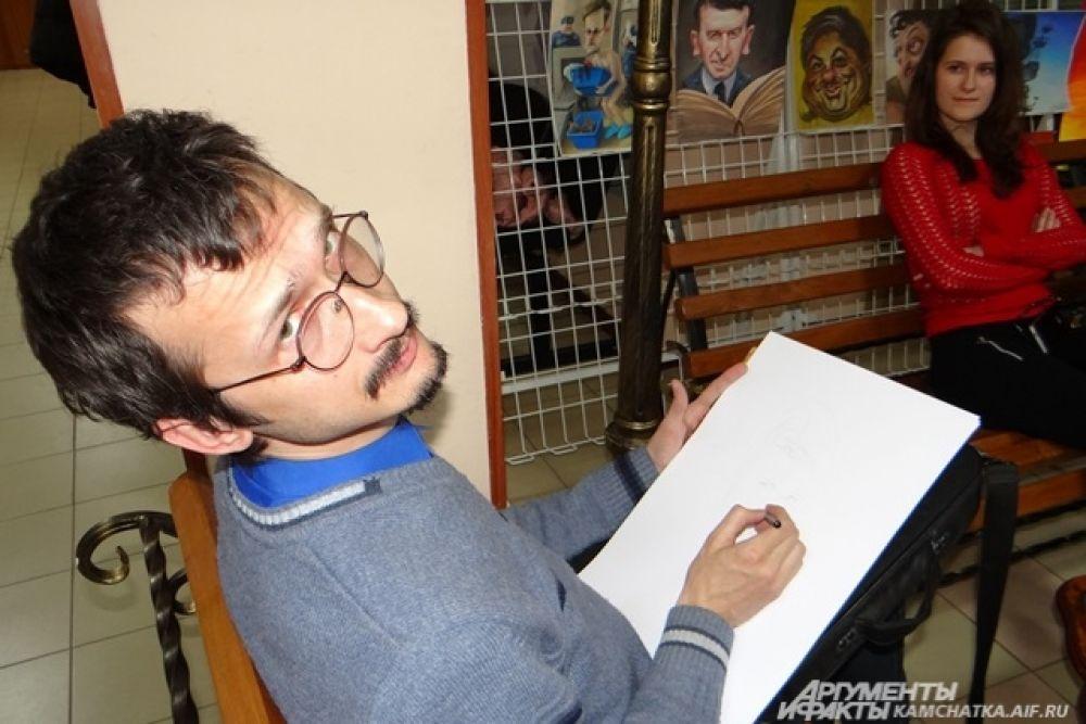 К 9 часам вечера Денис Лопатин рисовал уже 7 дружеский шарж.