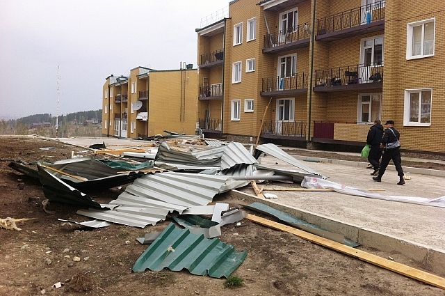 Кровля нескольких домов в поселке Березовой стала жертвой урагана.