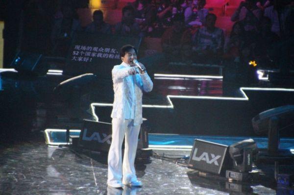 Джеки Чан спел о мире во всем мире.