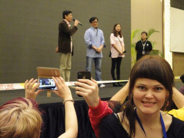 Каждый стремился запечатлеть себя на фоне сцены.
