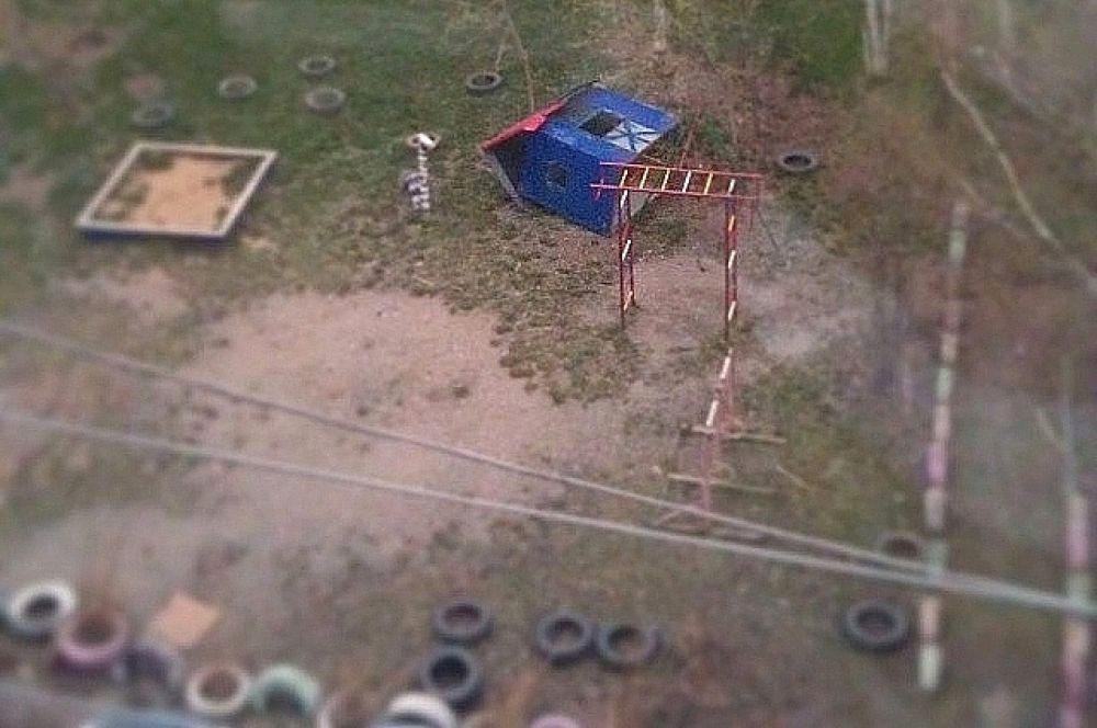 Некоторые детские площадки тоже пострадали.
