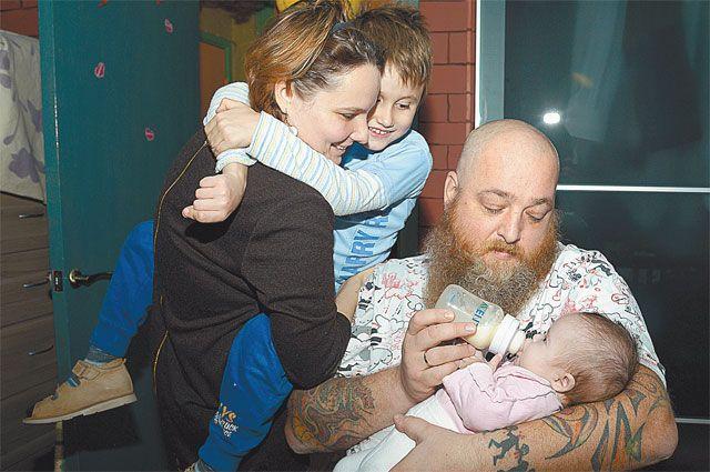 Оля с Лёшей и Петя с Дашей - эти четверо существуют в своём мире, где много бед, но и много любви.