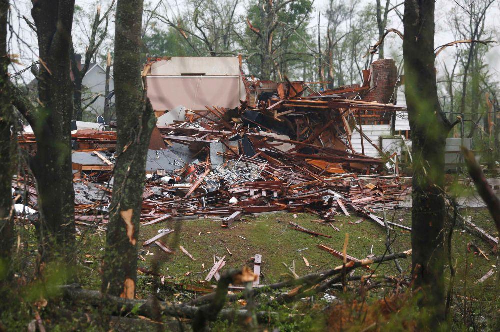 В результате стихии в Миссисипи погибли 16 человек, в нескольких округах введен режим чрезвычайной ситуации.