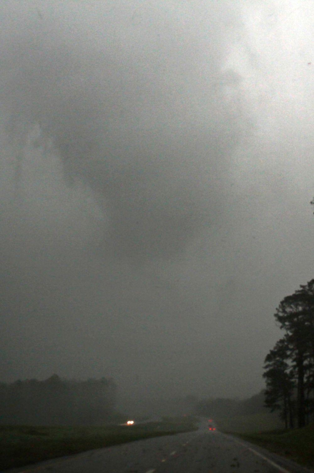 Тем временем, синоптики предсказывают, что угроза не миновала – в течение нескольких дней торнадо могут ударить по нескольким штатам на юге страны.