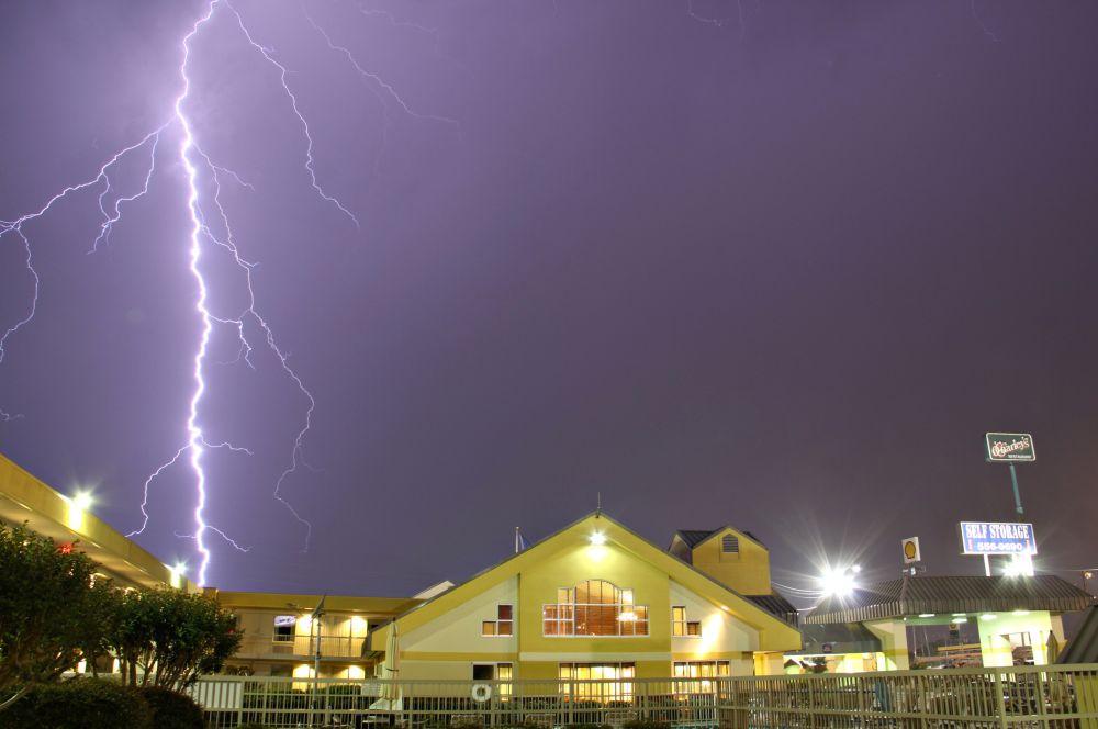 Год назад – в мае 2013 года – на территории Оклахомы также произошёл сильный ураган, скорость ветра тогда достигала 337 км/ч. Жертвами стихии стали 90 человек.