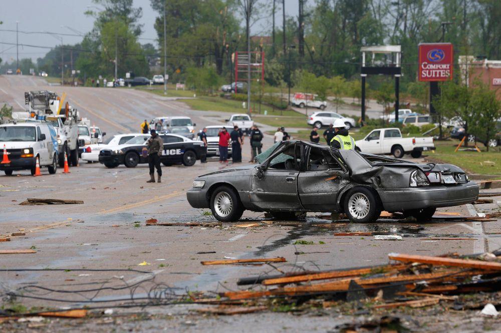 Стихия разразилась в штате Северная Каролина, где ещё в пятницу шторм перерос в торнадо и уничтожил порядка двух сотен домов.