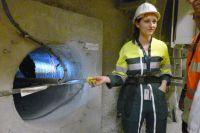 Полина Фурнье показывает траншею в породе. В такие будут закладываться капсулы с высокоактивными отходами. Фото: