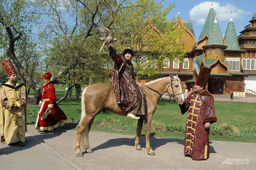 Программа выставки также включает в себя реконструкцию соколиной охоты. Посетители узнают, как придворные служащие добывали пищу для царского стола.