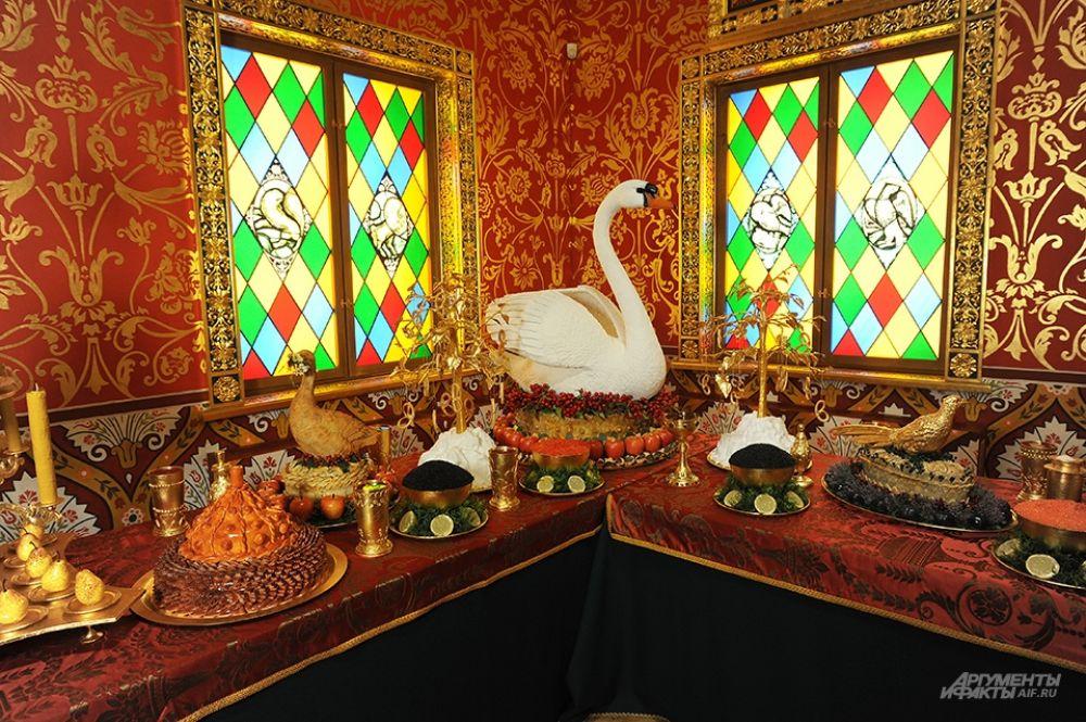 Устроители выставки также выдержали полный церемониал пира. Зрителям среди прочего демонстрируется сцена молитвы и выход стольников с приготовленными блюдами.