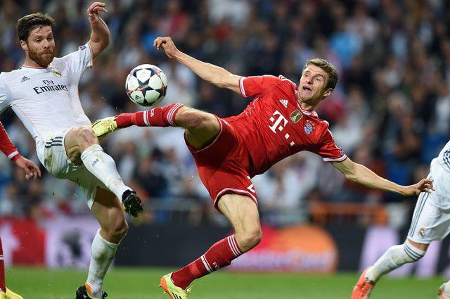 Игрок «Реала» Хаби Алонсо и нападающий «Баварии» Томас Мюллер в первом полуфинальном матче Лиги чемпионов.