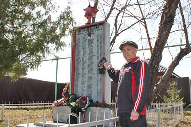 Борис Писарев у памятника павшим воинам в п. Новопольском Зеленодольского района