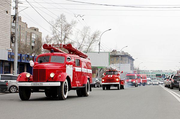 В путь по центральным улицам выдвинулись 11 красных машин с включенными проблесковыми маячками.
