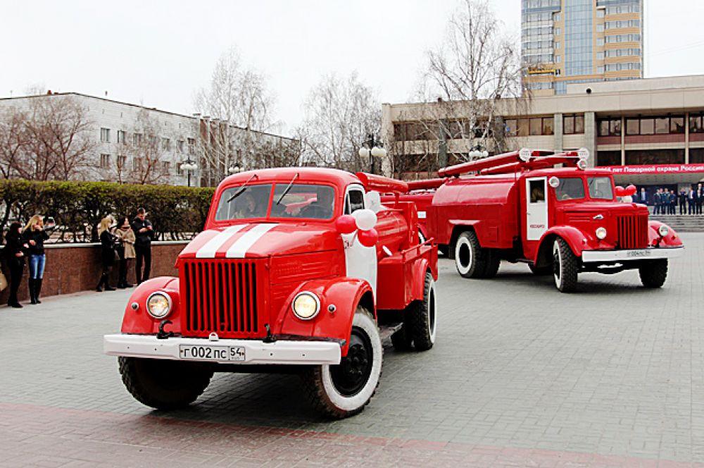 Этот автопробег пожарных машин стал первым в Новосибирске.
