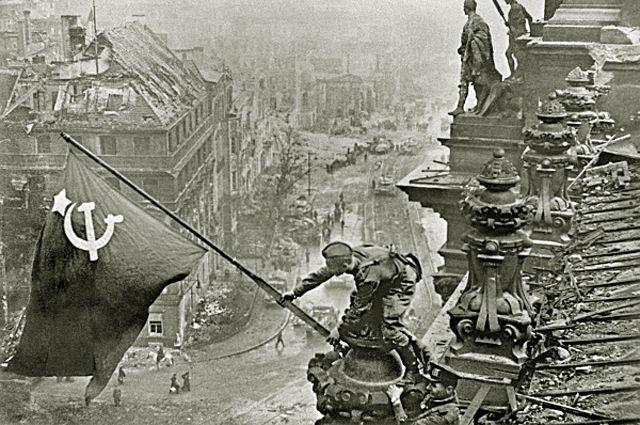 Евгений Халдей «Знамя Победы над Рейхстагом». 1945 год.