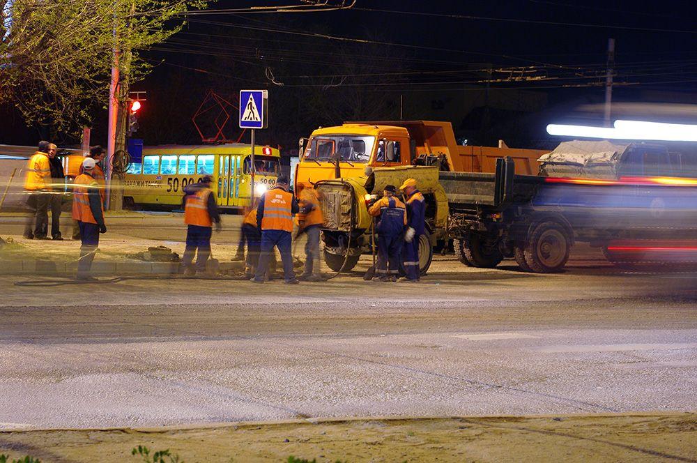 Бригады дорожных рабочих трудятся и днем, и ночью.