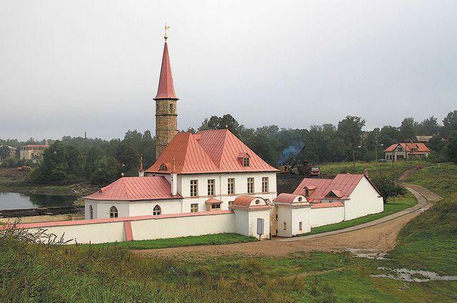 Самая известная постройка из земли в России – прекрасно сохранившийся до наших дней Приоратский дворец в Гатчине.
