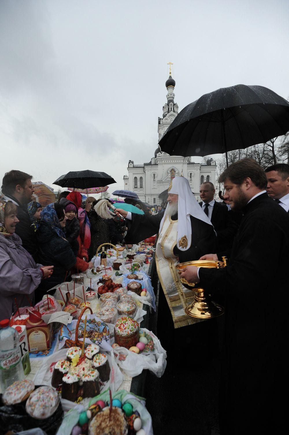 Ежегодно Патриарх принимает участие в освящениипасхальных куличейнаравне с другими священниками.