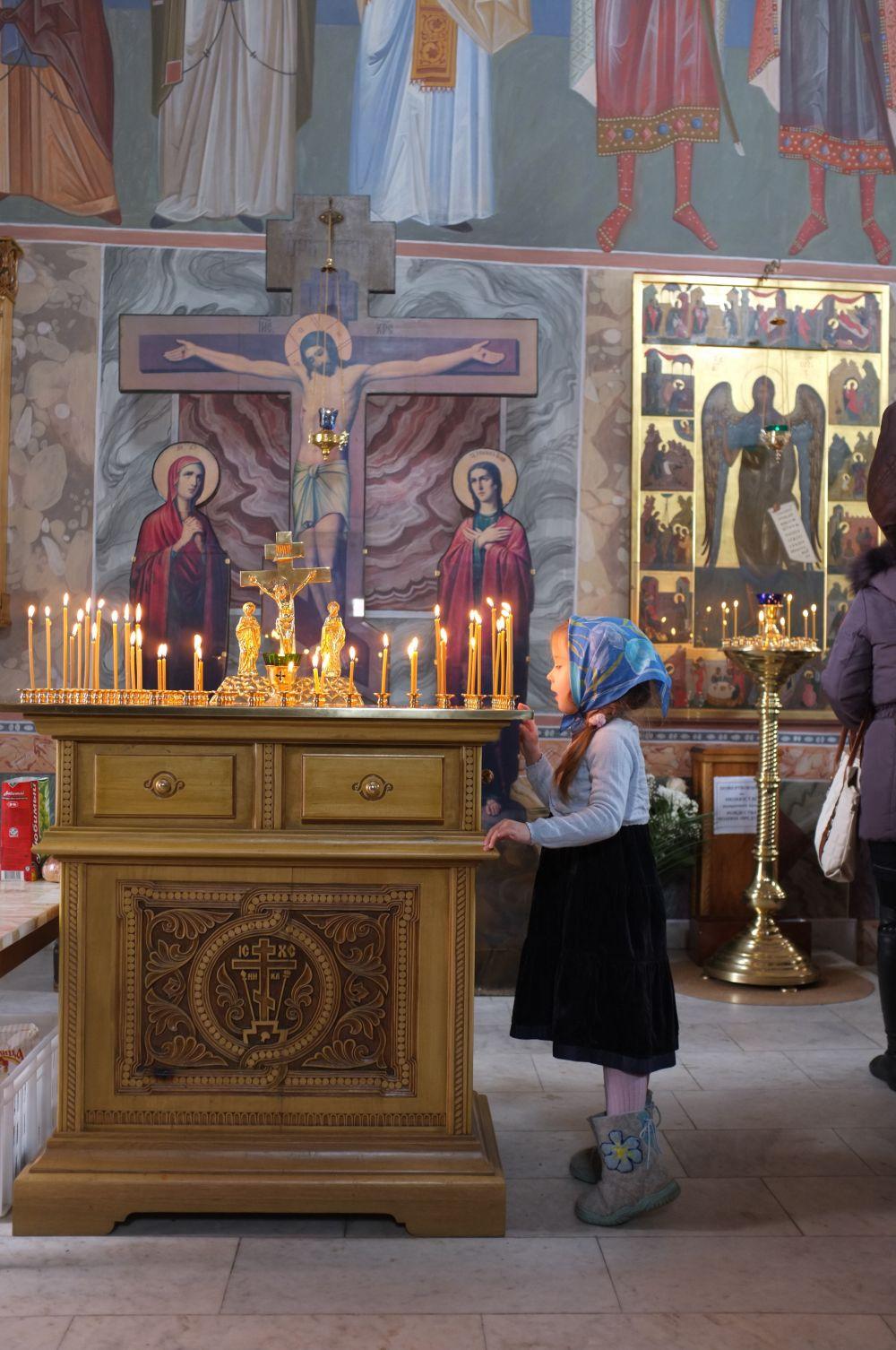 Девочка на Патриаршем богослужении. Святейший легко находит общий язык с детьми всех возрастов.