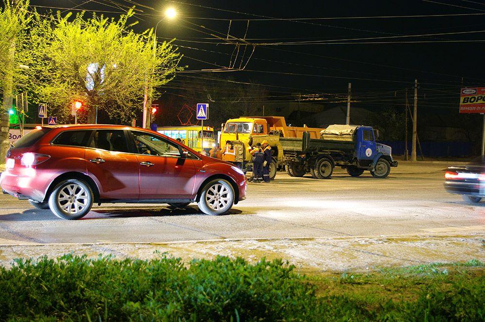 Основные ремонтные работы проходят ночью, чтобы не усложнять жизнь волгоградских автомобилистов.