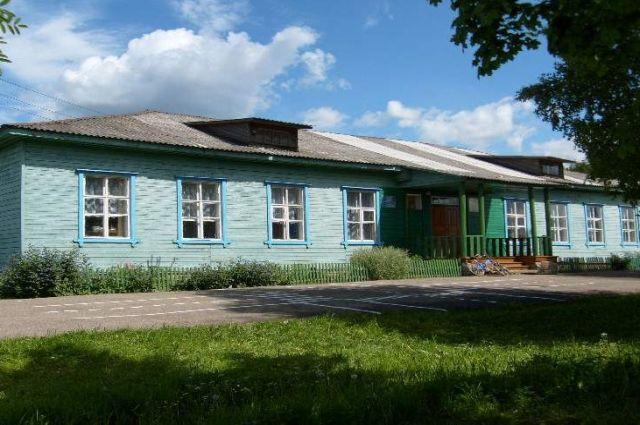 Школа располагается в одноэтажном деревянном здании.