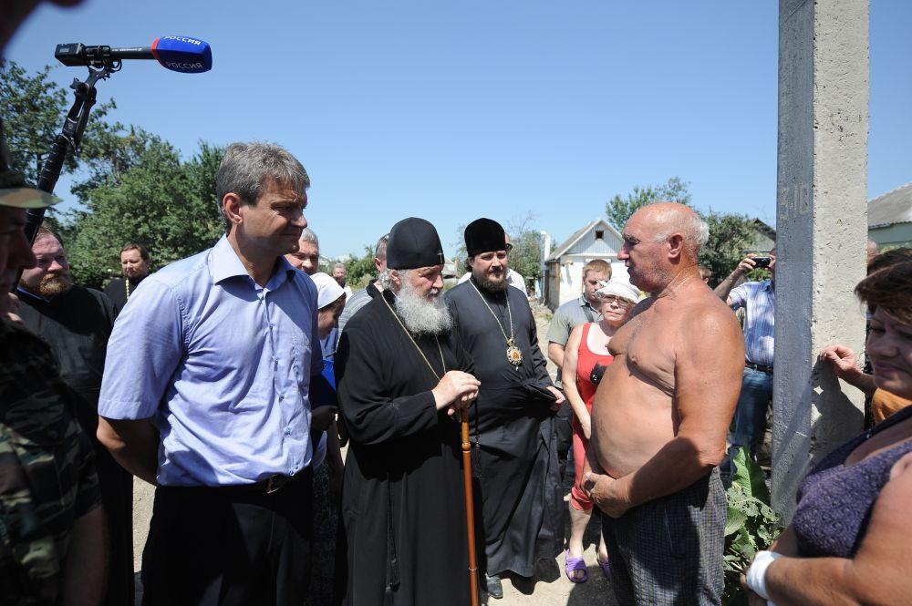 Крымск. Лето 2013 года. Патриарх общается с местными жителями, пострадавшими от разрушительного наводнения.