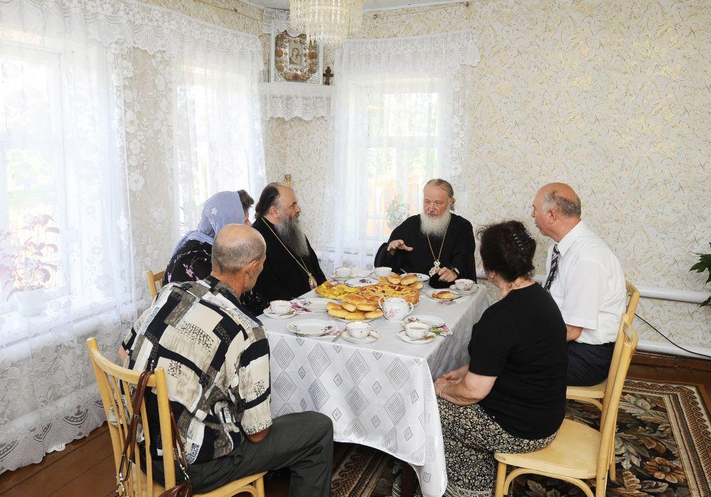 Визит в Мордовию в 2011 году. Патриарх посетил село Оброчное, где жил его дед, и пообщался со своими родственниками за чашкой чая.