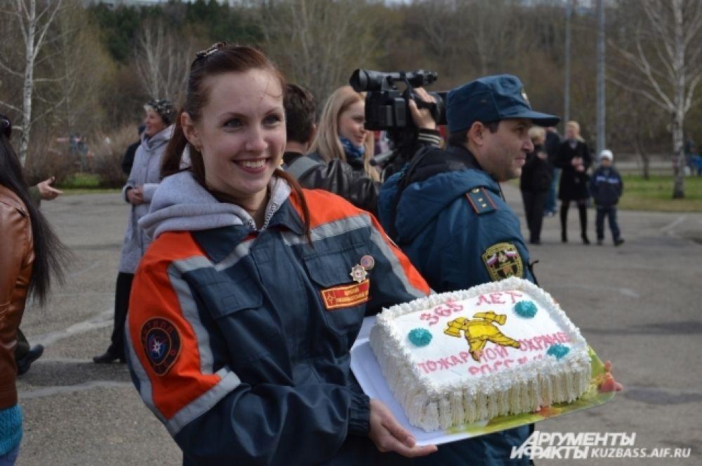 В итоге быстрее всех оказалась команда КемТИППа, они-то и получили сладкий подарок от пожарных.