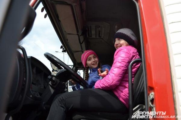 Школьникам нравилось сидеть за рулём современных пожарных машин.