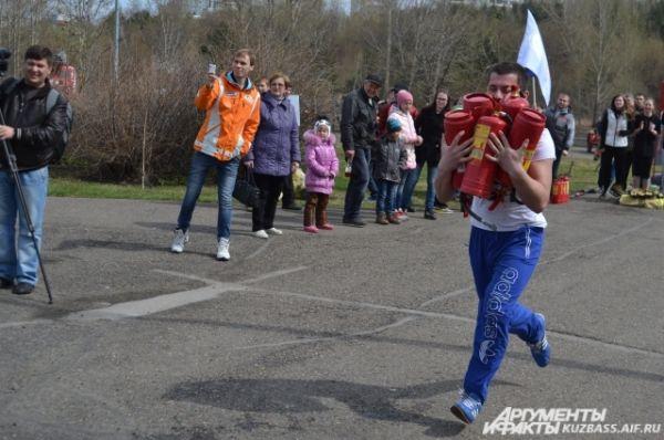 В стороне от общего веселья и праздника не остались и студенты кемеровских вузов. Команды институтов и университетов приняли участие в противопожарной эстафете.