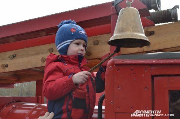 Детишки звонили в пожарный колокол автонасоса ПМГ-1…