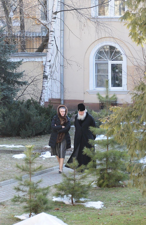 Уникальноефото– Патриарх совершает ежедневную прогулку в садике в его резиденции в Чистом переулке г. Москва. С ним – сотруднца Патриархии, они решают рабочие вопросы…