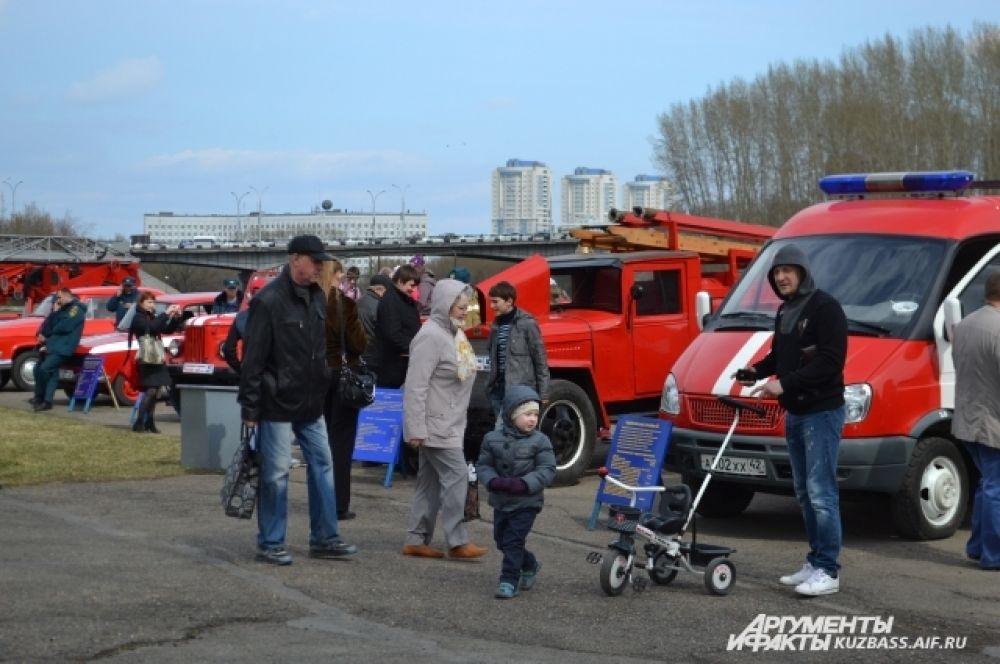 В честь праздника из Ленинск-Кузнецкого в Кемерово приехали раритетные пожарные автомобили.