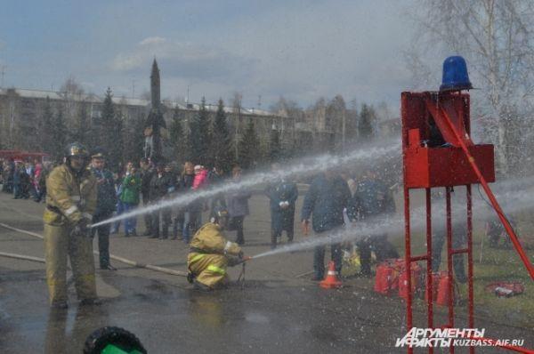 Своеобразный мастер-класс показали и профессионалы. Команды четырёх пожарных частей развёртывали рукава и тушили условные пожары.