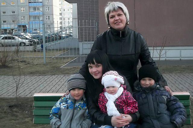 Елена Салий с детьми.
