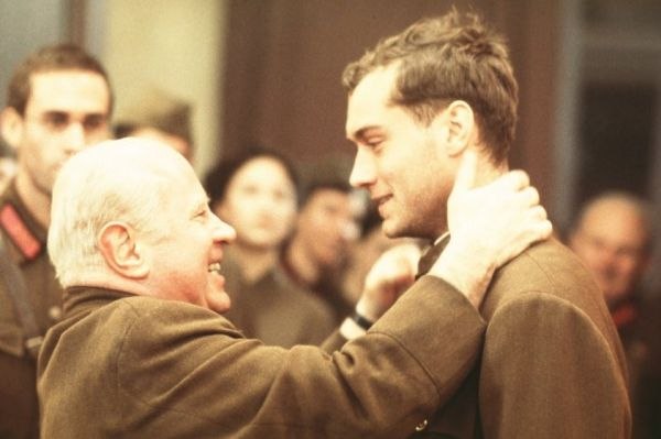 В военной драме по мотивам биографии снайпера Василия Зайцева Хоскинс сыграл Никиту Хрущёва.