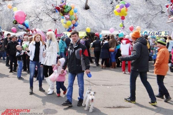 Жители города пришли на праздник с детьми и четвероногими друзьями.