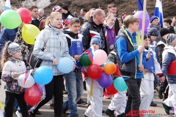 Вместе со взрослыми маршировали и дети.