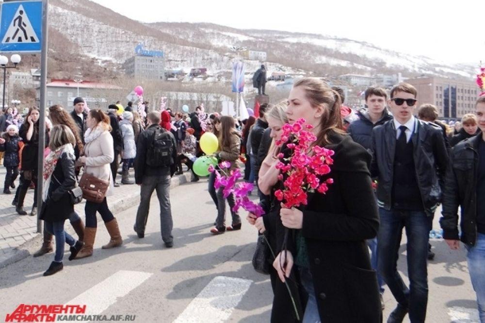 После парада на центральной площади города началась развлекательная программа.