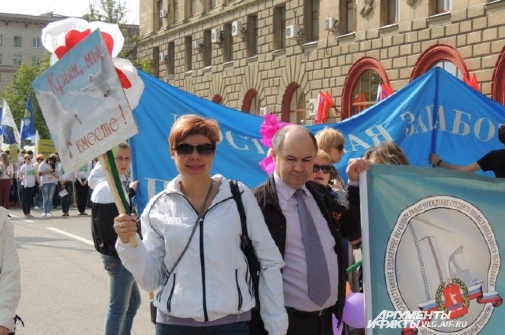 И, конечно, плакаты в поддержку Крыма.