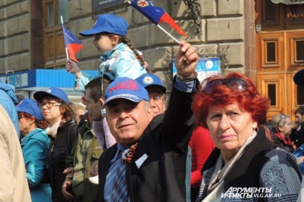 Многие демонстранты спешили поделиться со всеми своим праздничным настроением.