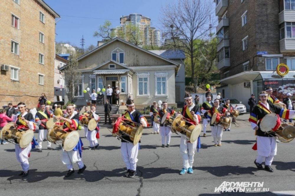 Уже не первый год барабанщицы ДВФУ радуют демонстрантов своим искусством.